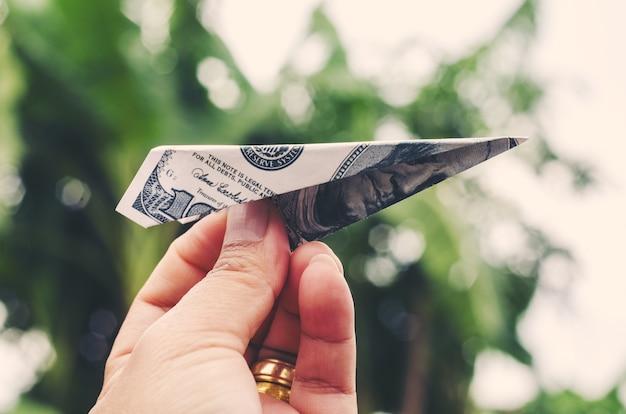 L'affare coltiva il concetto passi l'airplay della carta dei soldi del razzo della tenuta che piega con il dollaro