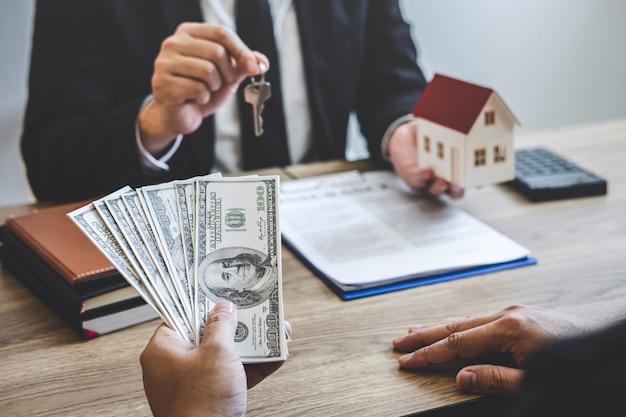 L'agente immobiliare riceve denaro dal cliente dopo aver firmato un contratto con proprietà approvate