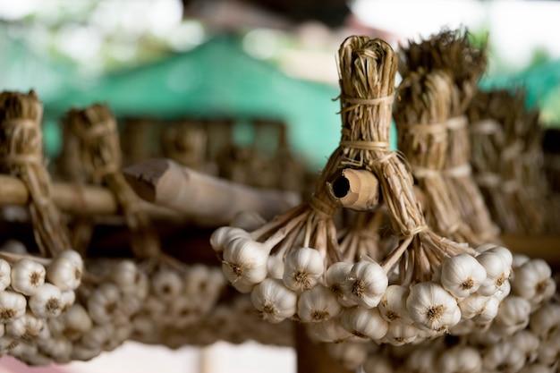L'aglio è legato per essere pronto per la distribuzione