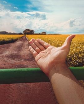 L'agricoltore accoglie una piantagione di soia nelle americhe. immagine di concetto di agricoltura sostenibile.