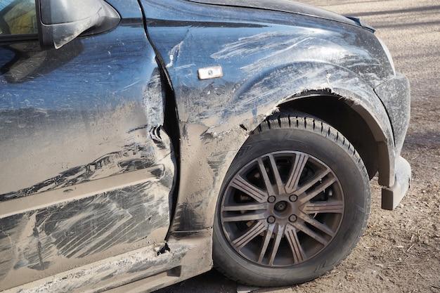 L'ala e la porta di automobile danneggiate si sono schiantate