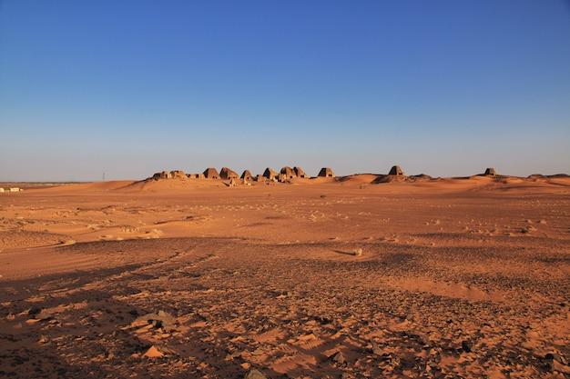 L'alba, le antiche piramidi di meroe nel deserto del sahara, in sudan