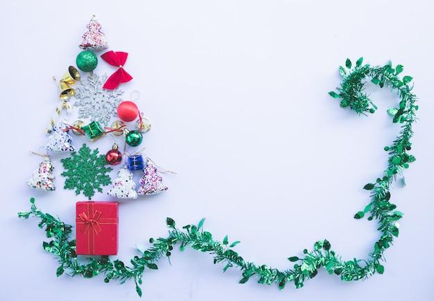 L'albero di natale decorato dell'oro con i cuori artificiali della stella dell'ornamento della rappezzatura presenta per il nuovo anno isolato con fondo bianco