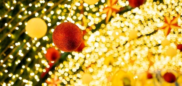 L'albero di natale presenta l'albero di natale e gli elementi decorativi