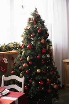 L'albero di natale si trova alla finestra della sala da pranzo o del soggiorno