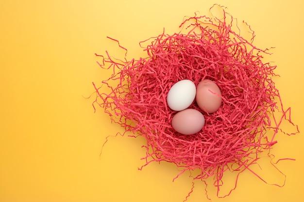 L'albero eggs in un nes su una priorità bassa gialla. vista dall'alto. copia spazio per il testo