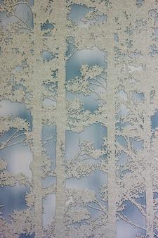 L'albero gradisce il fondo blu grigio verticale del modello