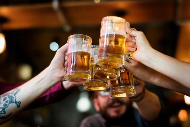 L'alcool dell'alcool del creatore della birra del mestiere celebra il rinfresco
