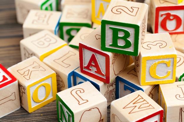 L'alfabeto blocca l'abc sulla tavola di legno