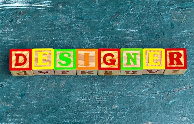 L'alfabeto blocca l'abc sulla tavola di legno.