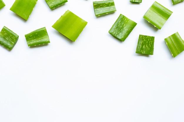 L'aloe vera è una pianta medicinale popolare per la salute e la bellezza, su un bianco.