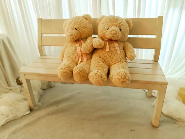 L'amante sveglio teddy bears ha messo il chesterfield di legno.