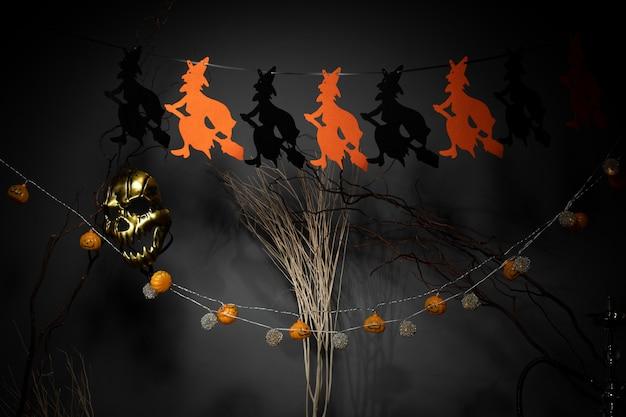 L'ambiente scuro di halloween decora le streghe arancioni