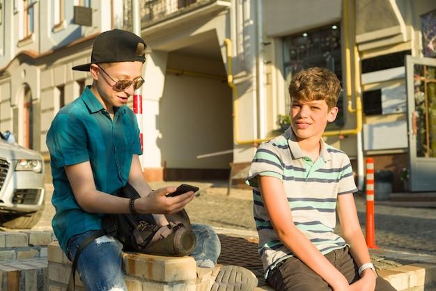 L'amicizia e la comunicazione di due ragazzi adolescenti