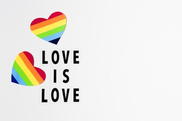 L'amore è il concetto di amore con i cuori nei colori dell'arcobaleno