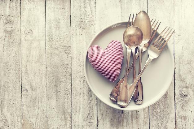 L'amore, san valentino o mangiare concetto con le posate d'epoca, pl