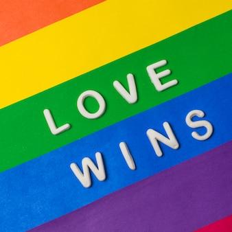 L'amore vince le parole sulla bandiera lgbt luminosa