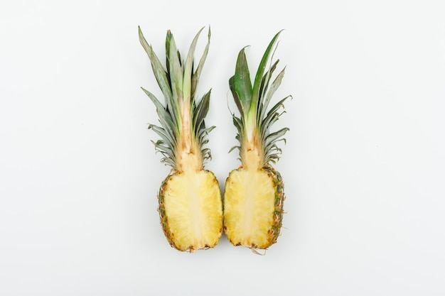 L'ananas ha tagliato a metà la vista superiore su bianco