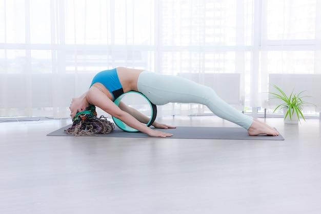 L'anello della ruota per lo yoga aiuta ad alleviare il dolore alla colonna vertebrale