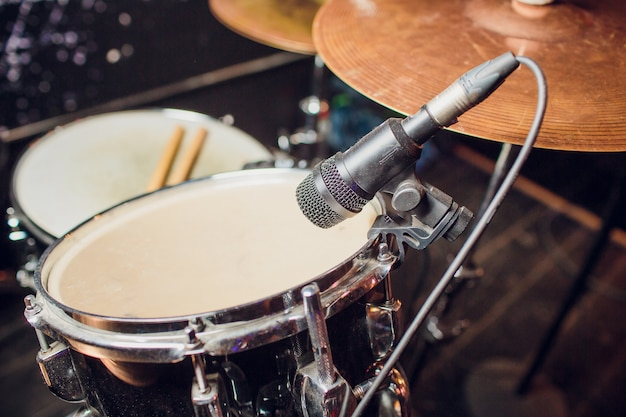L'annata ha tonificato il fondo di musica in diretta, giochi del batterista con le bacchette sul set del tamburo rock