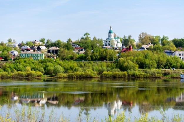 L'antica città russa di kasimov. vista dal fiume oka