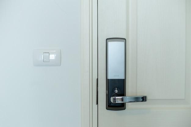 L'armadietto elettrico della porta con la porta bianca