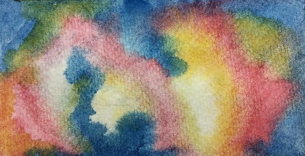 L'arte astratta delle trame luminose variopinte dell'acquerello e dell'inchiostro sul libro bianco fondo