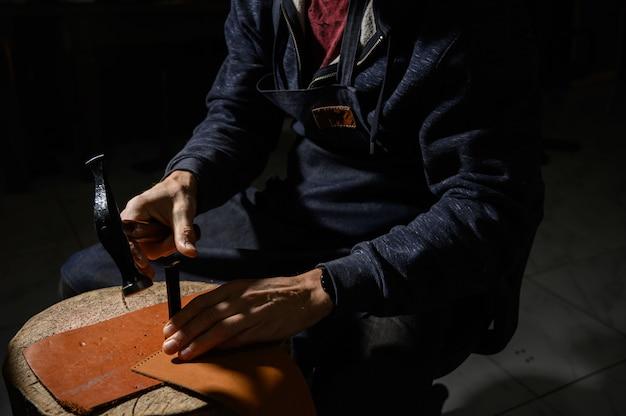 L'artigiano della pelle lavora nel negozio di concia