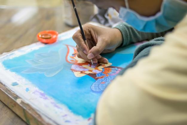 L'artista dipinge l'immagine su tessuto