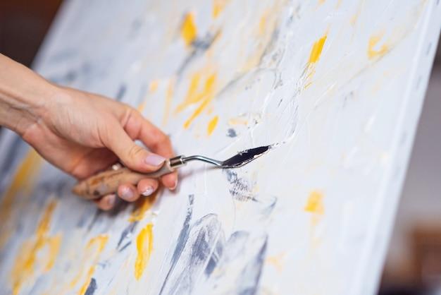 L'artista dipinge un dipinto astratto usando mastichin. arte e concept creativo.
