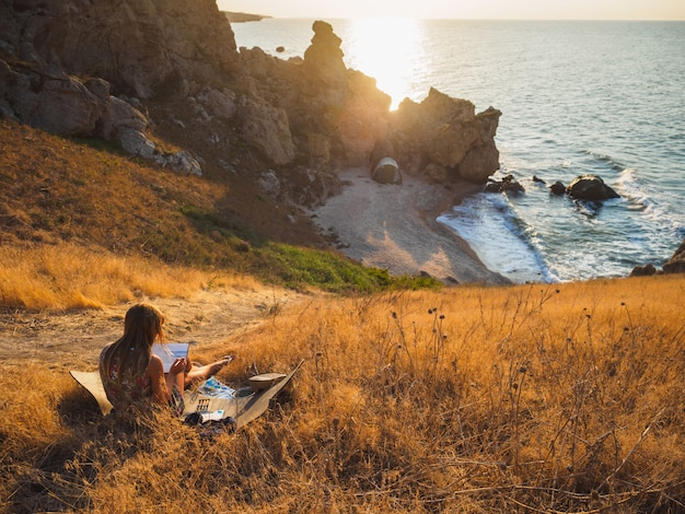 L'artista disegna il mare