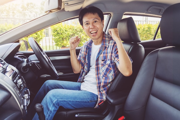 L'asia sorride felice e guida la macchina
