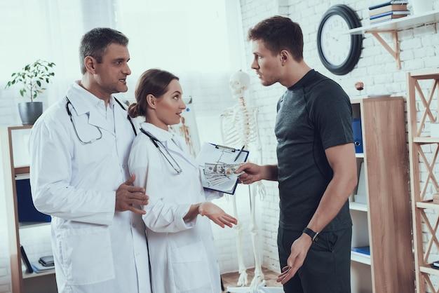 L'atleta dà soldi, i dottori si stanno rifiutando