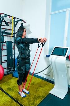 L'atleta femminile si esercita in uno studio di fitness
