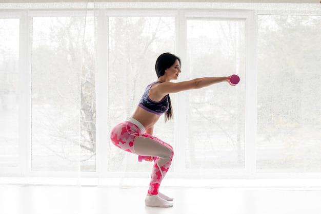 L'atleta sexy di forma fisica si esercita sui glutei. body-building