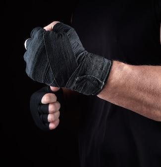 L'atleta sta in una posizione di combattimento