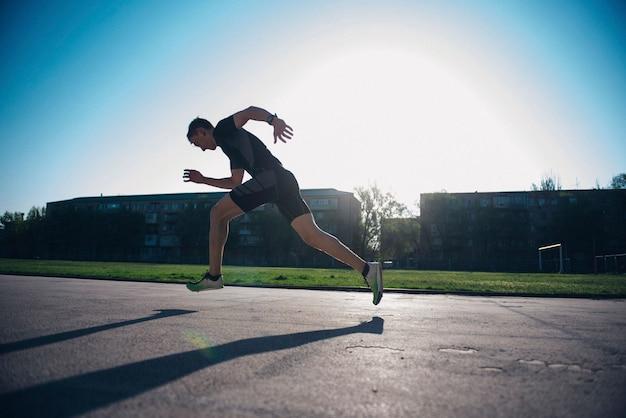 L'atleta sul tapis roulant corre dall'inizio