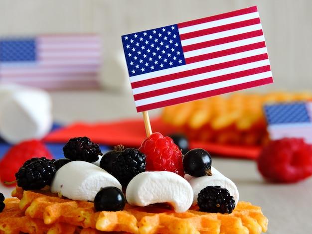 L'atmosfera del 4 luglio. dolci per una festa il 4 luglio. marshmallow e frutti di bosco. decorazione nello stile del giorno dell'indipendenza.
