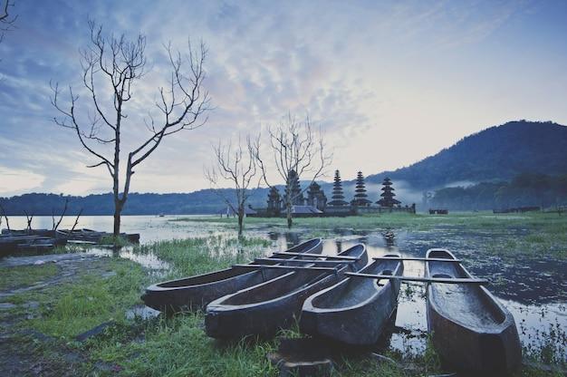 L'atmosfera mattutina sulle rive del lago è legata alla barca incagliata