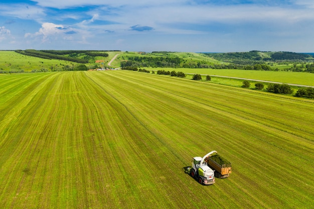 L'attrezzatura prepara il cibo nei campi contro il cielo blu prelevato dall'alto da un drone