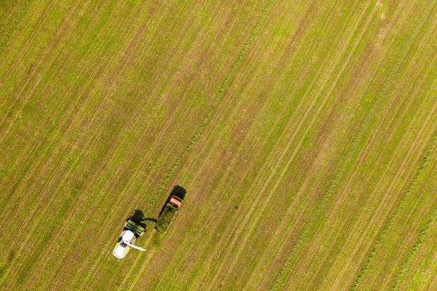 L'attrezzatura prepara il cibo nei campi prelevati dall'alto da un quadrocopter