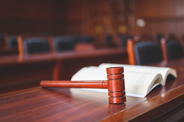 L'aula del tribunale ha considerato casi relativi a vari casi.