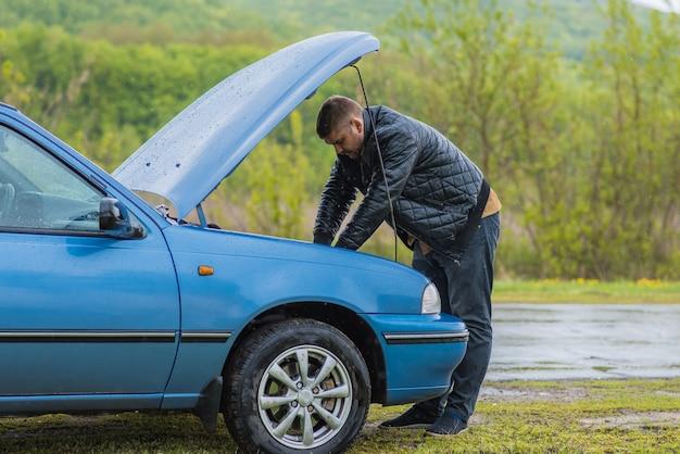 L'autista prova ad avviare una macchina