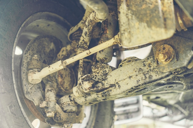 L'auto è sporca di olio di asfalto.