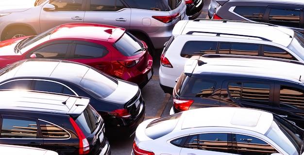 L'automobile ha parcheggiato al parcheggio concreto del centro commerciale in vacanza