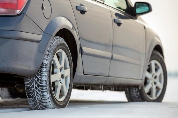 L'automobile ha parcheggiato sulla strada nevosa il giorno di inverno. trasporto, design dei veicoli e concetto di sicurezza.