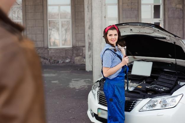 L'automobile professionale professionale della riparazione dell'uomo e del meccanico all'aperto.