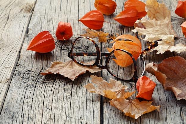 L'autunno è l'inizio del semestre dello studente, foglia e stivale sul tavolo