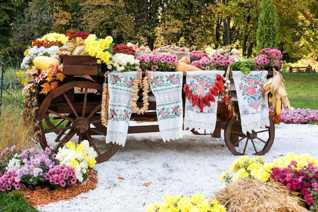 L'autunno ha raccolto le verdure sul vagone rustico rurale ucraino tradizionale.