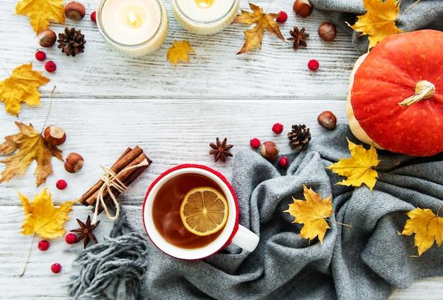 L'autunno piatto giaceva con una tazza di tè e foglie